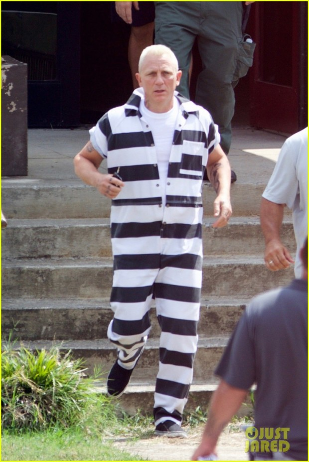 daniel-craig-goes-blond-in-his-prison-jumpsuit-01